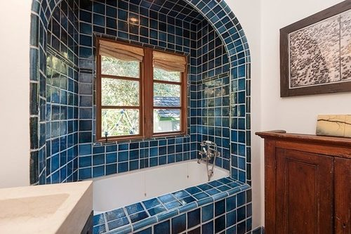 В доме расположены две ванные комнаты