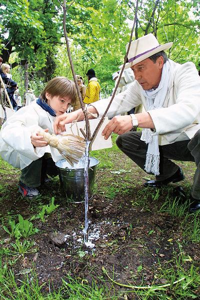 Олег Иванович с внуком на фестивале «Черешневый лес», 18 мая 2002 года