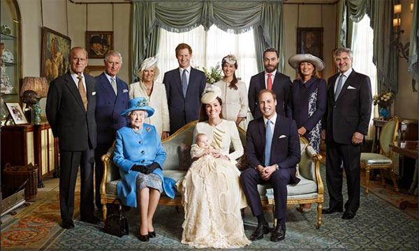 Стоят: принц Филипп, Чарльз, Камилла, Гарри, Пиппа и Джеймс Миддлтон, Кэррол и Майкл Миддлтон. Сидят Елизавета II, герцогиня Кэтрин с принцем Георгом и принцем Уильямом