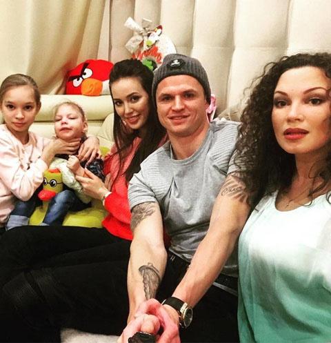 Дмитрий Тарасов и Анастасия Костенко с женой и дочерьми Данко