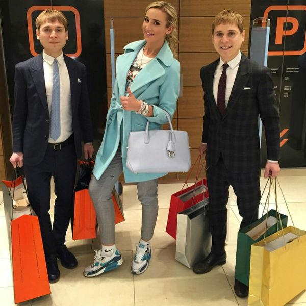 Дмитрий Тарасов получил от жены множество пакетов с подарками