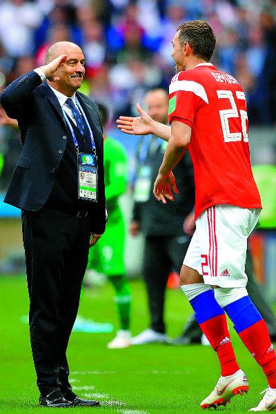 Даже когда сборная покинула чемпионат, многие мужчины страны не сбрили «усы надежды» в знак уважения к тренеру команды