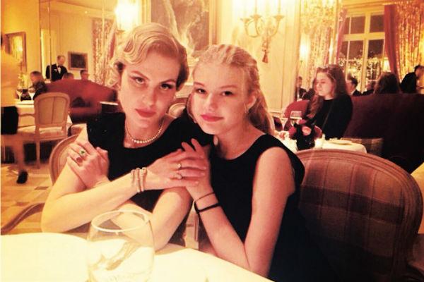 Литвинова много времени проводит во Франции, где учится ее дочь Ульяна