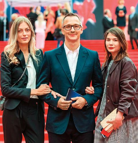 Степан с женой (слева) и дочерью Сашей