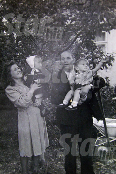 Годовалая Алла Борисовна с мамой, братом и дедушкой в белорусской деревне. Узгорск, 1950 год