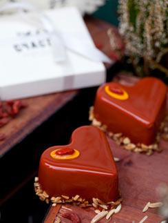 Шоколадное пирожное с ягодами годжи