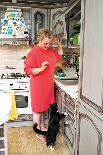 По словам Ангарской, кошка Зара частый гость на кухне – и еще та попрошайка