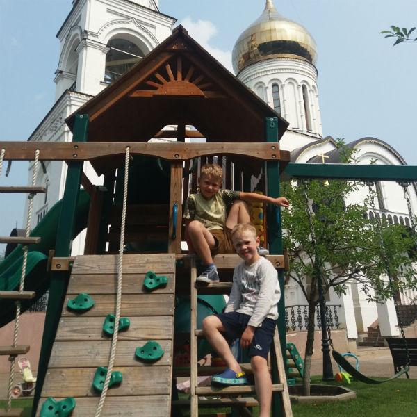 Пятилетний сын Дениса Иван (снизу) с другом Темой (сверху)