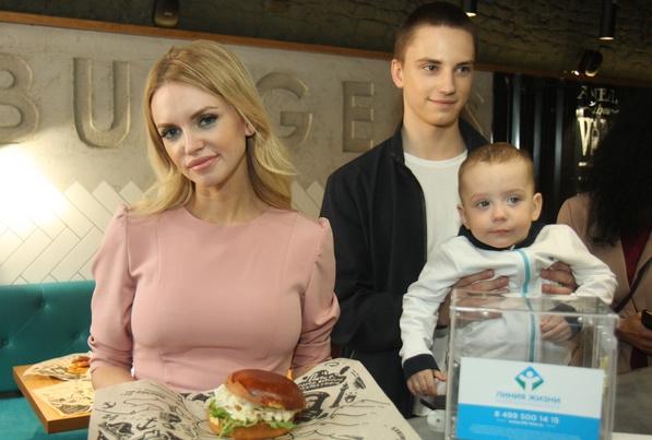 Милана, Владислав и Артем Тюльпановы на акции в поддержку фонда «Линия жизни»
