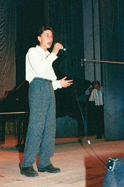 Впервые будущий победитель «Евровидения-2008» вышел на сцену в 10 лет