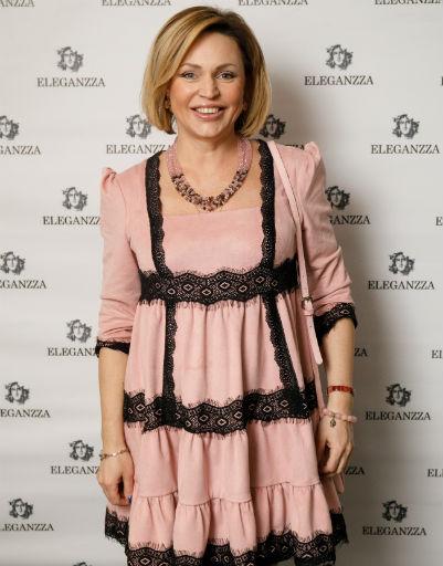 Алла Довлатова выбрала для вечера широкое платье