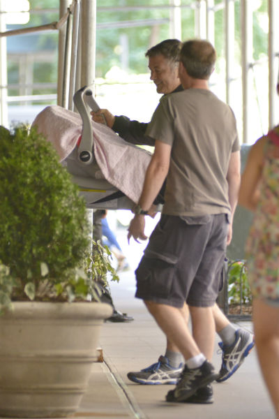 Болдуин держал в руках детскую переноску и выглядел очень счастливым