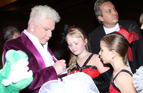Борис Моисеев с юными поклонниками