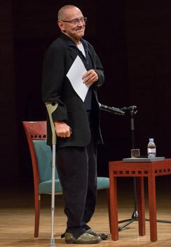 Осенью  прошлого года  режиссер часто  появлялся с  палочкой. В том  числе и на своем  творческом  вечере в Москве  в ноябре 2014 г