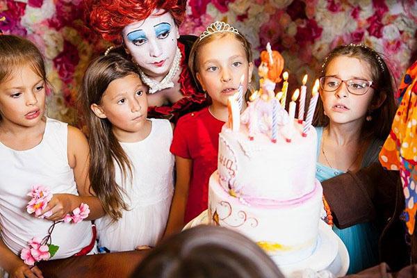 Особенное впечатление на детвору произвел праздничный торт