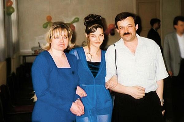 Будущая звезда на выпускном балу с родителями – Ириной Анатольевной и Андреем Витальевичем