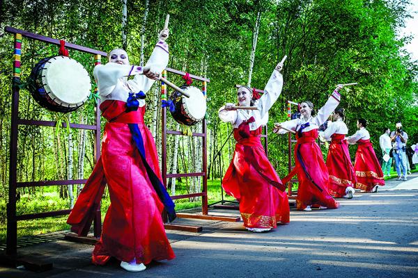 Ансамбль корейских барабанщиц   задавал ритм торжества