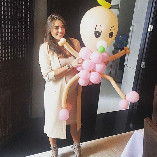 Крутой подарили фигуру новорожденной девочки из воздушных шариков
