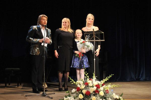 Благодаря импланту, маленькая Маша Новоселова, ведет полноценную жизнь и даже занимается музыкой. Она сыграла на флейте для Николая, Марии и гостей вечера