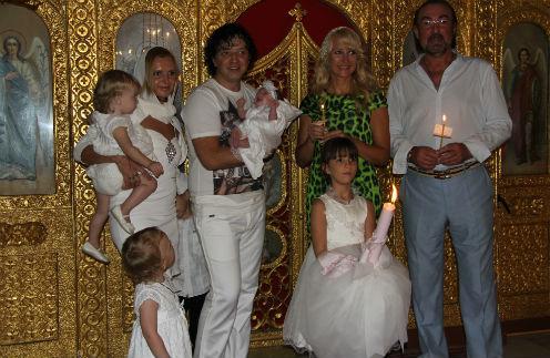На крестинах Роман и Елена Жуковы с детьми и крестными Ольгой Афанасьевой и Виктором Марковым