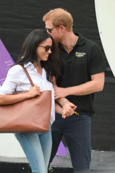 Принц Гарри оказывал знаки внимания Меган Маркл, не боясь камер папарацци