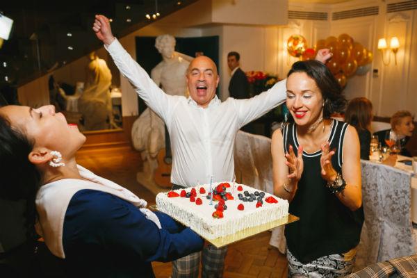 Михаил и Евгения задувают свечи на праздничном торте