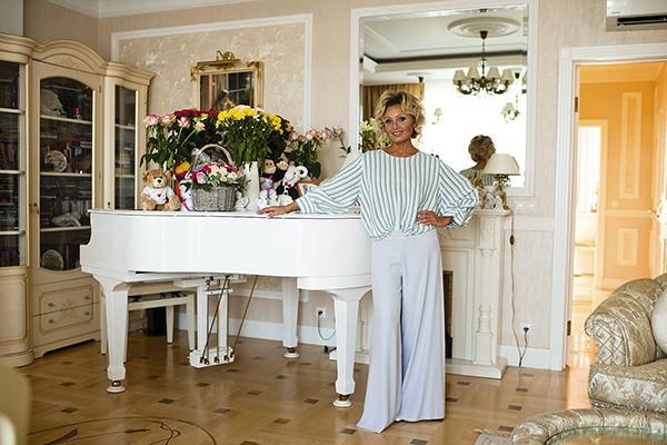 Белоснежный рояль был заказан в США. На нем в вазах стоят цветы, их регулярно дарят поклонники после спектаклей в Театре имени Моссовета