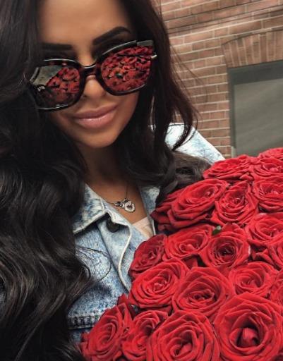 Виктория Романец часто показывает роскошные букеты в соцсетях