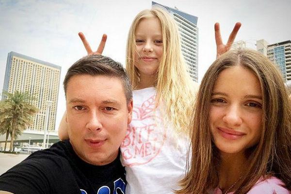 Чтобы сгладить конфликт, Чуев опубликовал милое фото с женой и дочкой