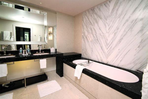 Двери ванной комнаты с внутренней стороны целиком зеркальные