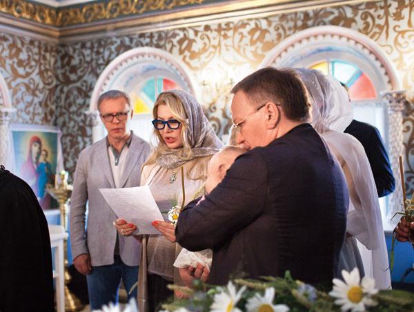 Лада Фетисова читает молитву