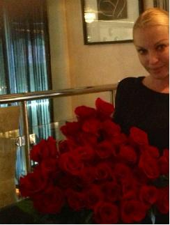 Букет роз Анастасия Волочкова получила в Церкви святой Матроны