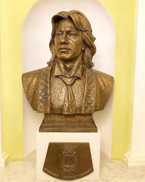 Первый памятник Хворостовскому установлен в московском театре «Геликон-опера»