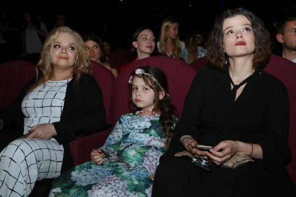 Родственники часто сопровождают артистку во время светских мероприятий
