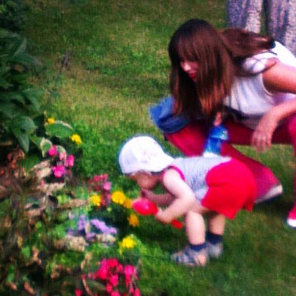 Завидев цветы, Федор сразу бежит их нюхать