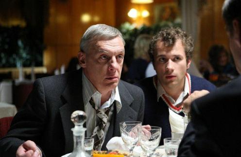 Герои Половцева и Якина постоянно попадают в комичные ситуации, свойственные только 80-м
