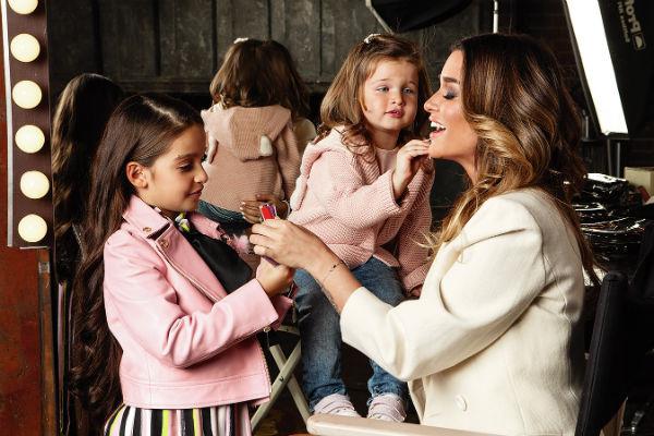 Девочки часто помогают маме собираться на съемки.  «Иногда советуюсь  с Мару, что надеть на мероприятие», – говорит телеведущая