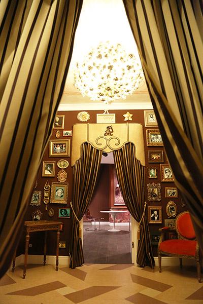 Небольшой холл на  первом этаже украшен  фотографиями  мировых звезд