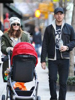 Дрю с мужем Уиллом и дочкой Олив на прогулке
