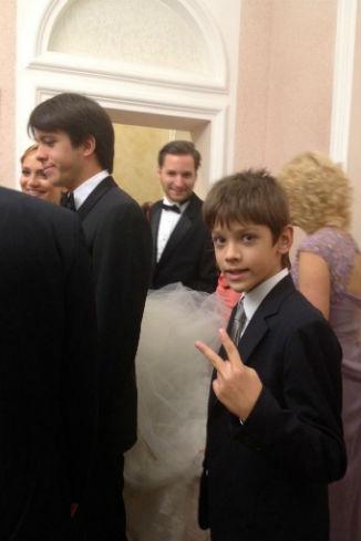Фату невесты доверели нести 11-летнему Даниле, младшему сыну Екатерины Рождественской