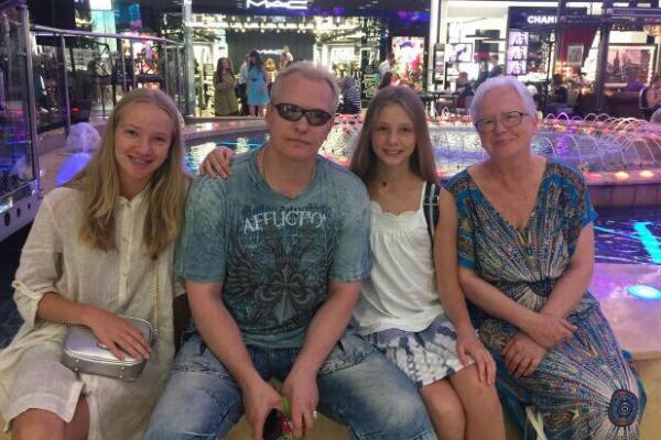 Сергей вместе с дочками и мамой