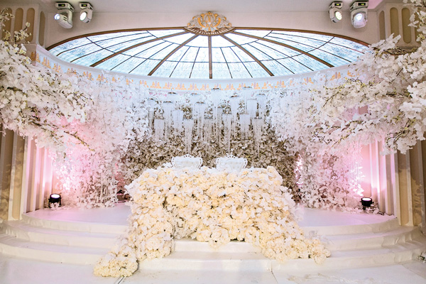 Свадьба телеведущей Ксении Бородиной была украшена белыми цветами, напоминающими снег