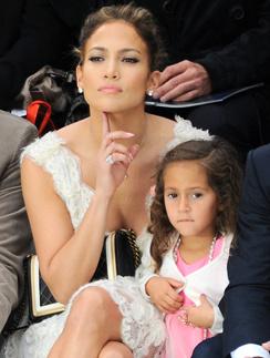 Дженнифер Лопес с дочерью на показе Chanel