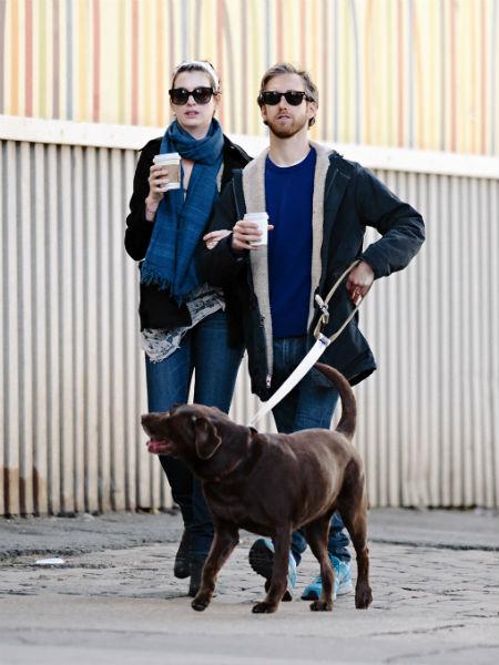 Энн с мужем Адамом Шульманом выгуливают своего лабрадора Эсмеральду
