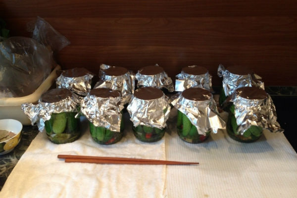 ...и лично сделанными разносолами: хрустящими огурчиками, сочными острыми помидорами, домашним лечо.