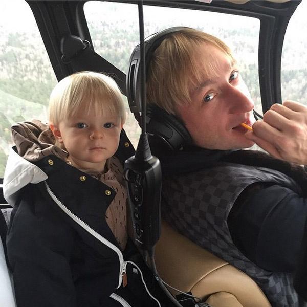 Малыш удобно устроился в вертолете