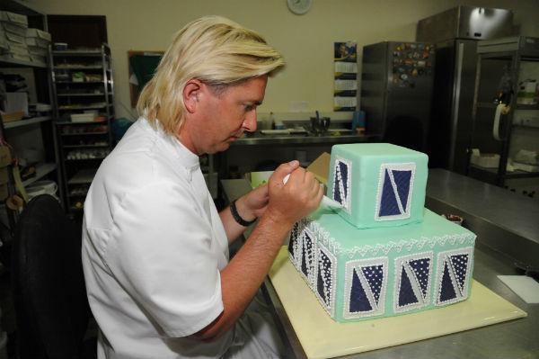 Белковая глазурь, как говорит Саша, – лучшее дополнение к любому торту