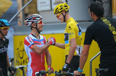 Хоаким Родригес (в красной форме) пожимает руку победителю гонки Крису Фруму
