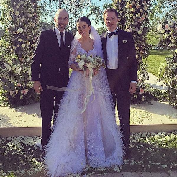 Гость свадьбы Евгений Папунаишвили (крайний слева) с Юлией и Николаем Крутыми