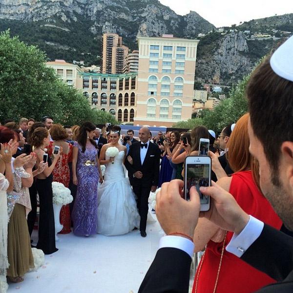 Отец ведет невесту к алтарю